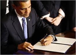 Il presidente Barack Obama ha firmato la legislazione Martedì che offre maggiore protezione ai dipendenti federali che denunciano frodi, sprechi e abusi nelle operazioni del governo.