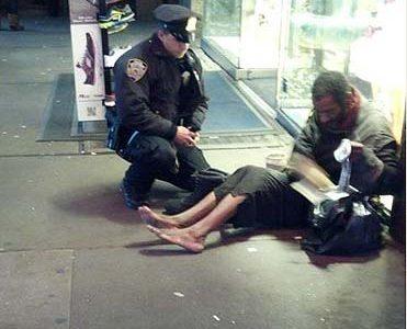 Il poliziotto che commuove New York Stivali caldi al senzatetto scalzo