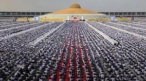 BBC News – 'Un milione di bambini' partecipano all'evento meditazione buddista 2013 – video