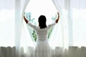 Donna-apre-le-finestre